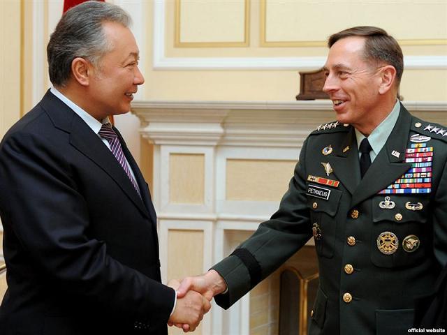 Киргизия: тренировочный лагерь в Баткене создается для отражения угроз. Президент Киргизии Курманбек Бакиев (слева) встречается с командующим Центральным командованием США (CENTCOM), генералом Дэвидом Петреусом, 10 марта 2010. Фото: Jamestown Foundation.